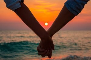 Couple-holding-hands-confidentlover.com_